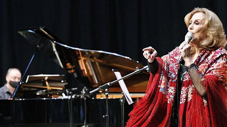 Olga María Ramos, a ritmo de cuplé en el Antiguo Instituto de Gijón
