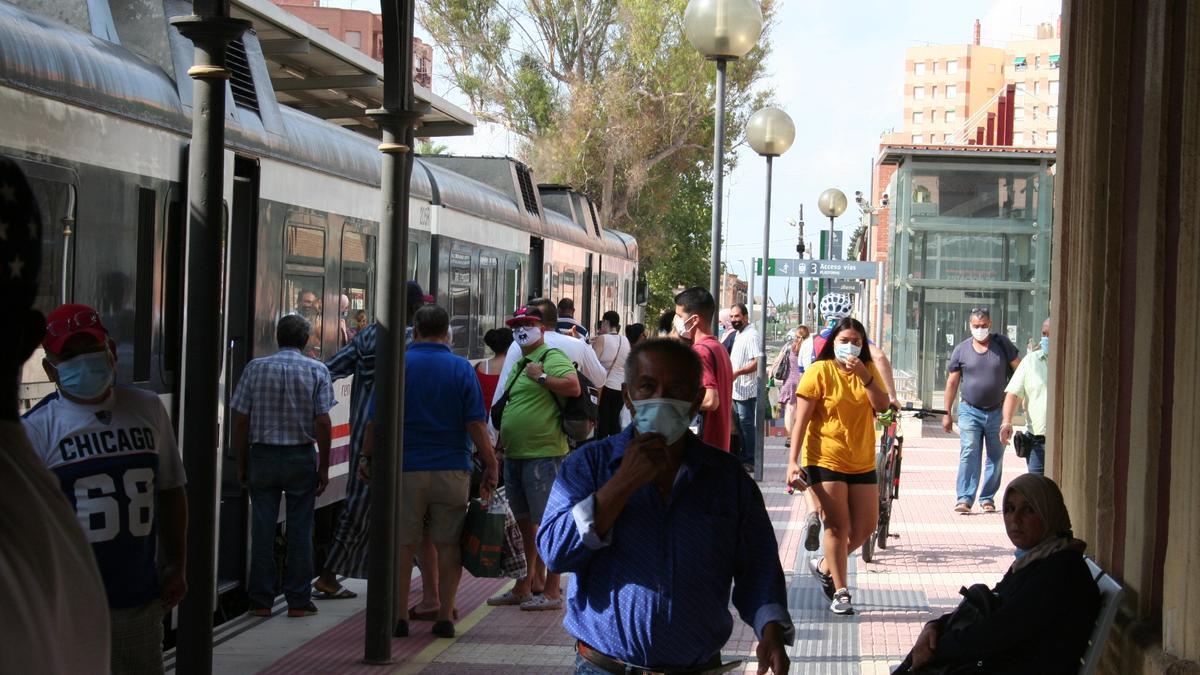 El andén de la estación de Sutullena repleto de viajeros para coger el Cercanías.