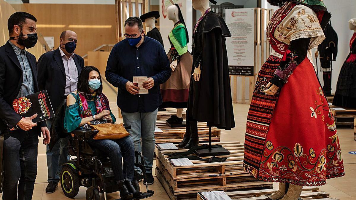 Iglesias, Ferrero, Cabezas y Prada en la visita inaugural a la muestra.