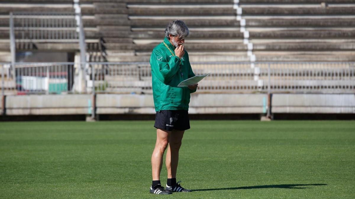 Pablo Alfaro consulta notas durante un entrenamiento del Córdoba CF, esta temporada.