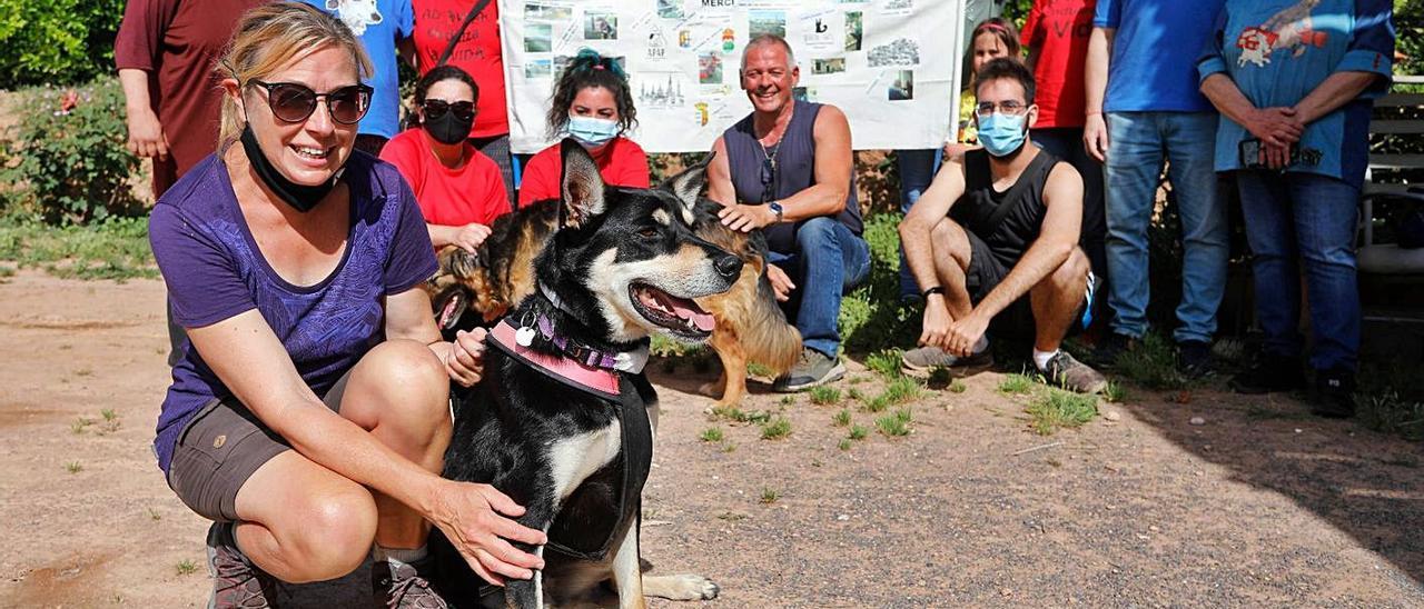 La profesora y su perra, junto a miembros de SOS Animales que la recibieron. | DANI TORTAJADA