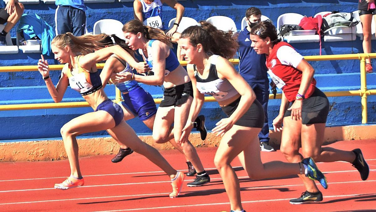 Yissis Cortijo (11), author of the new 200-meter youth regional record, leads her 60-meter series.  |  |  LP / DLP