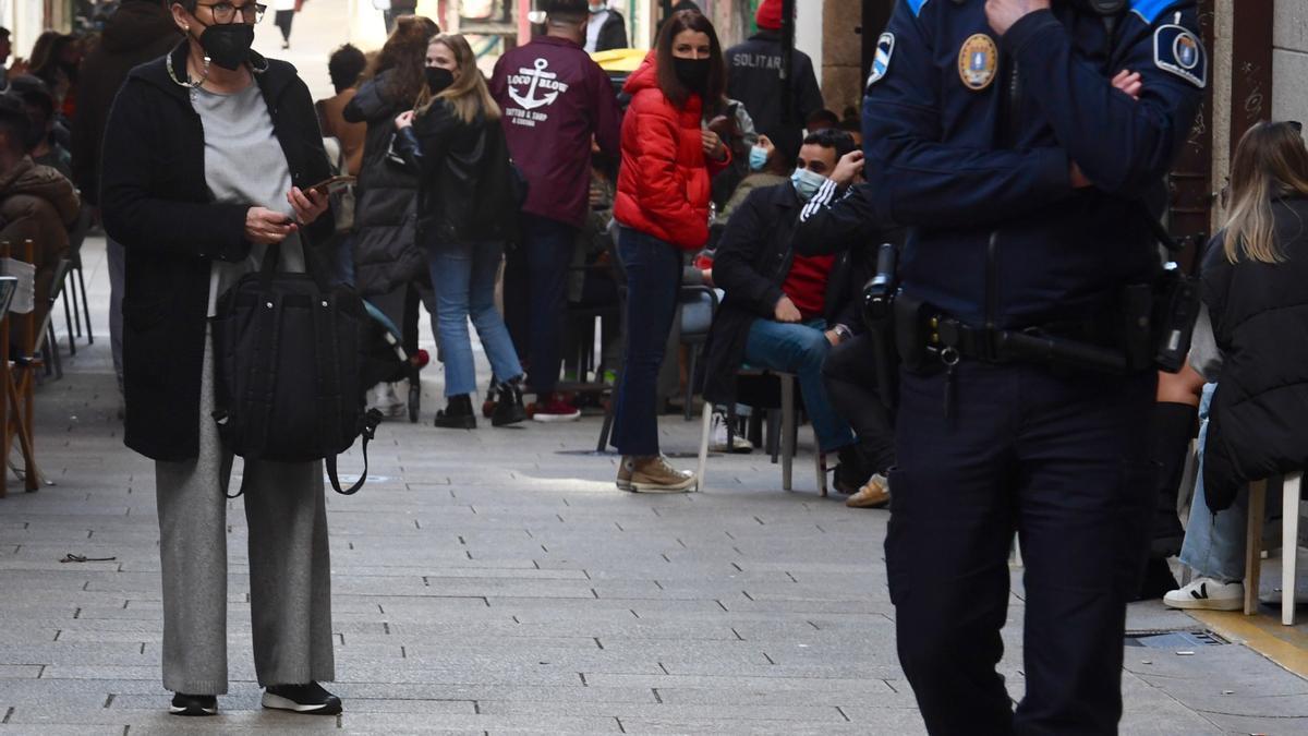 Clientes en terrazas de hostelería con presencia policial.