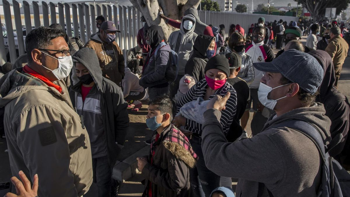 Migrantes solicitantes de asilo esperan en la frontera de México con Estados Unidos.