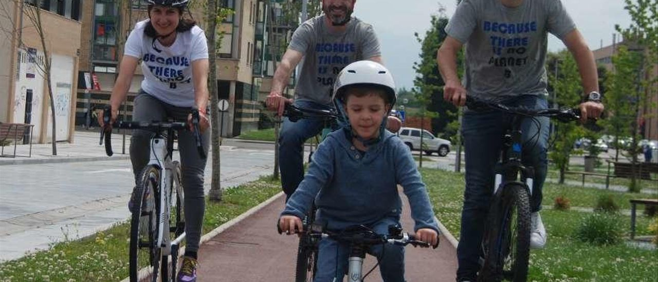 Aida Nuño, Ángel García, Chechu Rubiera y el niño Nicolás García, pedaleando ayer por Lugones.