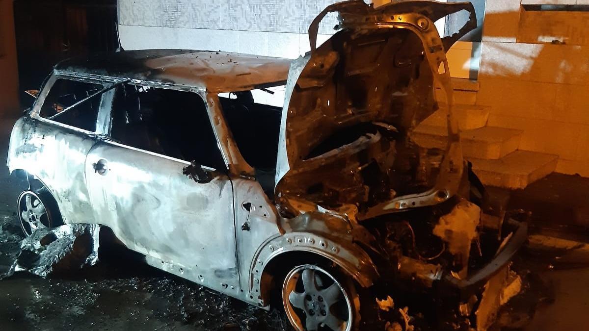 El coche afectado por las llamas quedó totalmente calcinado