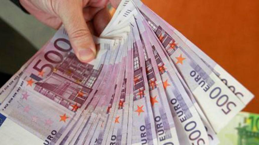 Final feliz en Colloto: una pareja de jóvenes de Oviedo devuelve 500 euros que perdió una vecina de Colloto