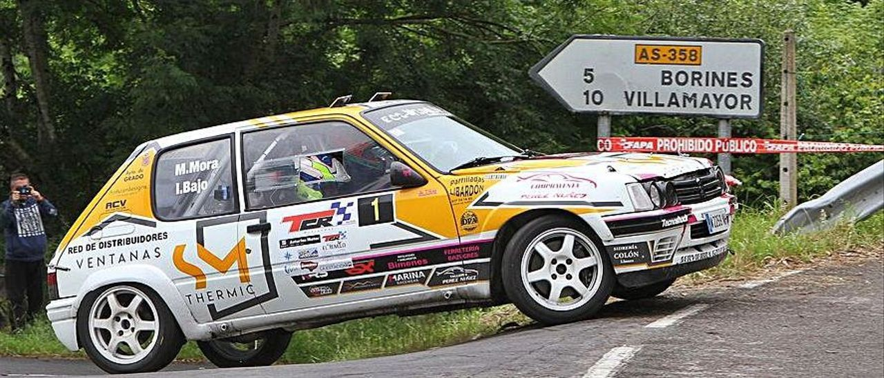 Manuel Mora, con su peugeot 205 Rallye. |
