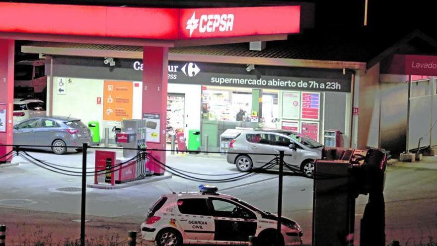 Dos encapuchados asaltan pistola en mano una gasolinera de Mareo
