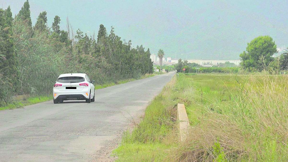 Un vehículo evita circular por la parte del camí la Ratlla del término municipal de Nules, porque está en peor estado.