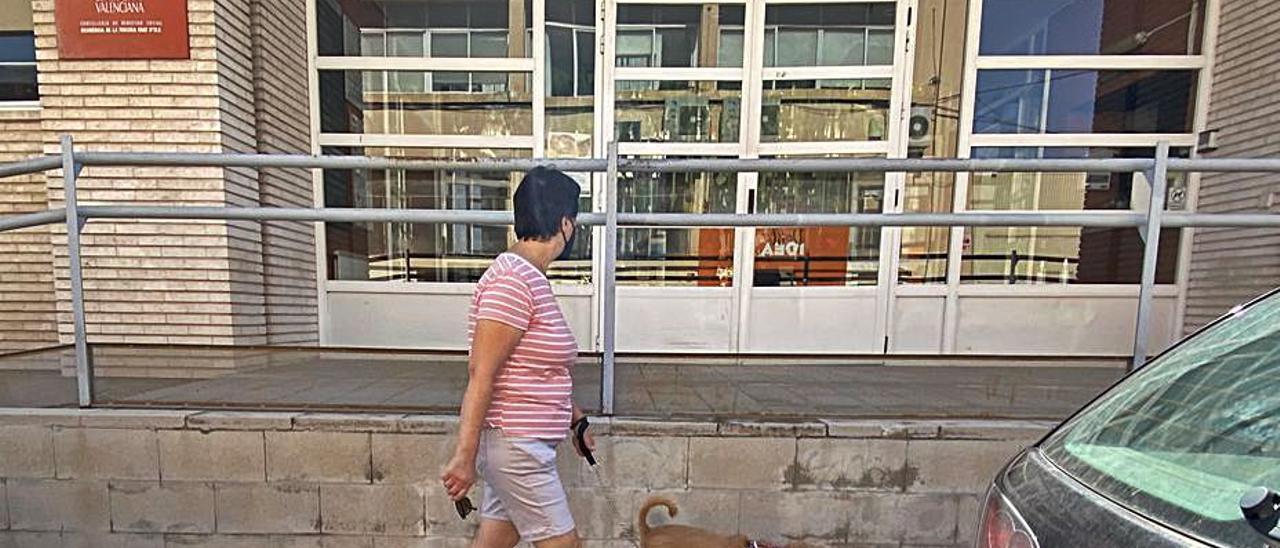 Una vecina pasa por la puerta de la residencia de Altabix. | MATÍAS SEGARRA
