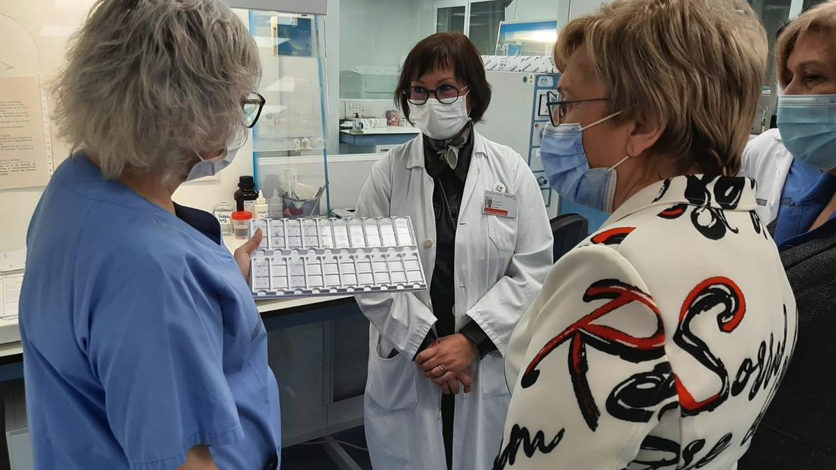 La consellera de Sanidad con la gerente del Hospital de Elda visitando en Laboratorio tras su reciente reforma.