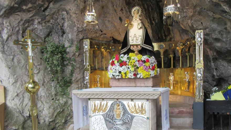 Semana Santa en Covadonga: la Santina de negro, muy poca gente y el chorrón sin agua