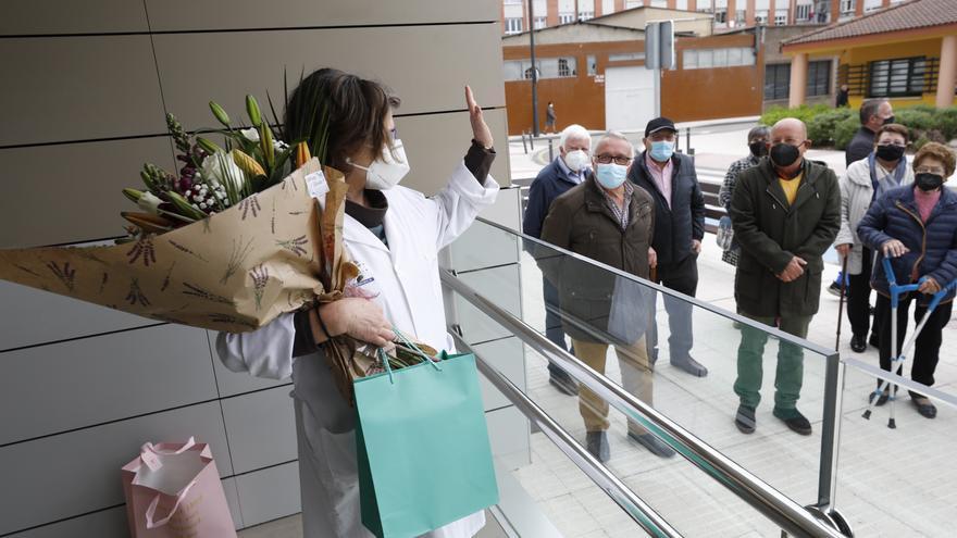 La emotiva despedida de los vecinos de Limanes a la médica de su centro de Salud