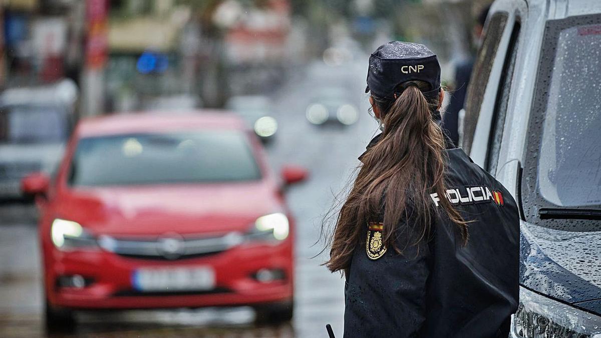 Imagen de un control del la Policía Nacional en la ciudad de Santa Cruz de Tenerife.