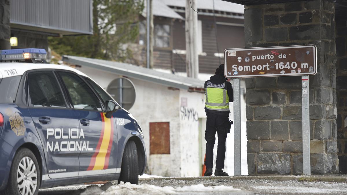 Un agente hace guardia en el puesto fronterizo de Somport (Huesca) entre España y Francia tras el cierre de fronteras acordado por el Gobierno, en Huesca.