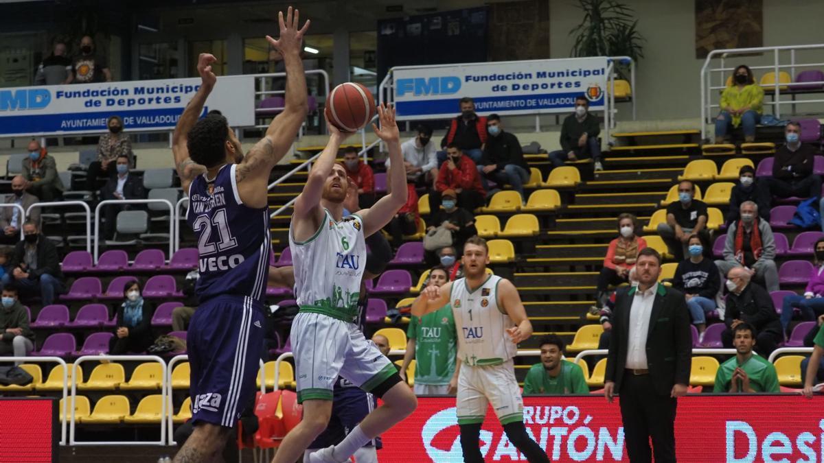 El jugador del TAU Castelló, Edu Durán, lanza en suspensión ante la defensa del local Johan Van Zegeren.
