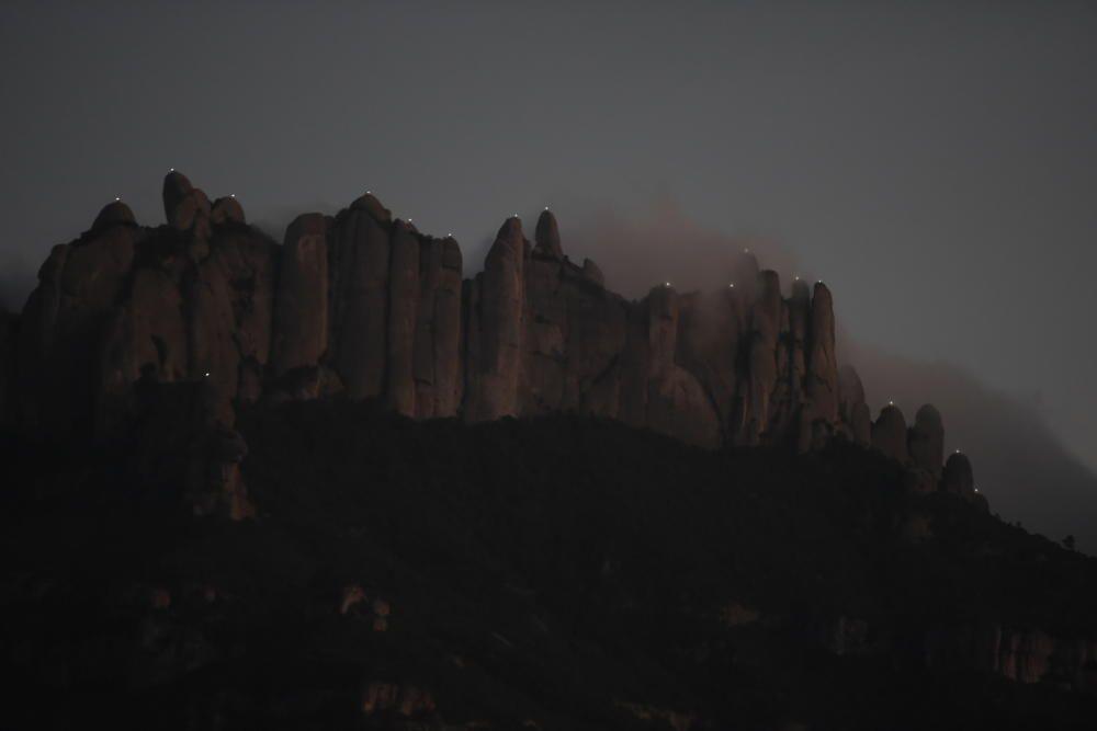 Galeria de fotos: «Llum i llibertat» il·lumina les agulles de Montserrat