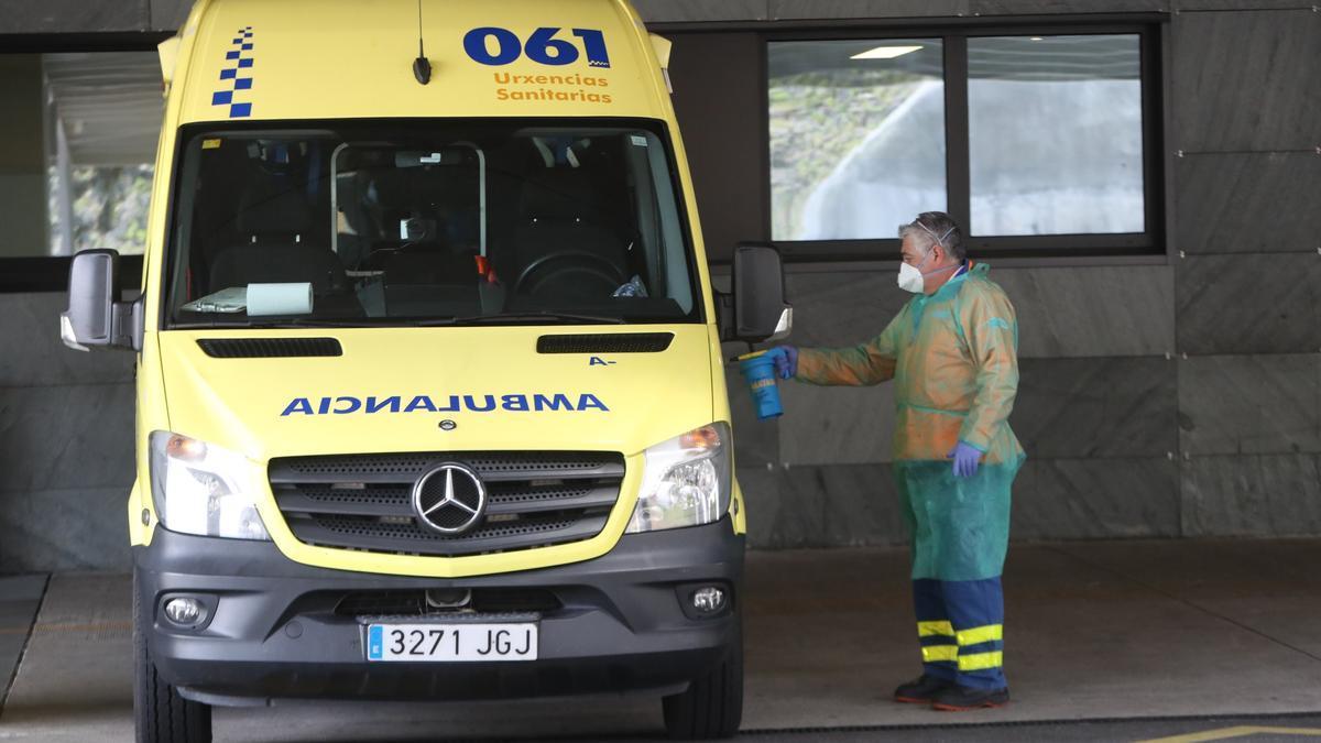 Un técnico de emergencias sanitarias desinfectando una ambulancia en el Hospital Álvaro Cunqueiro.