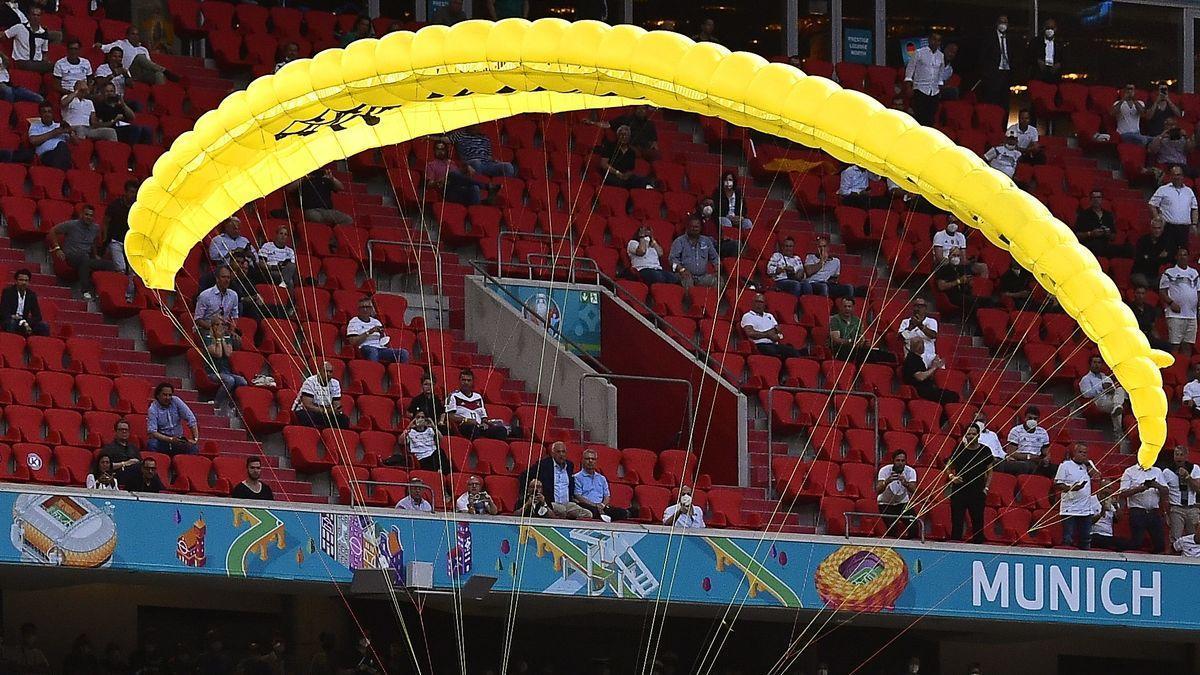 Activista de Greenpeace perd el control del paracaigudes i cau a l'Allianz Arena