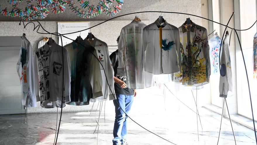 Vestirse con arte para combatir el cáncer desde A Coruña