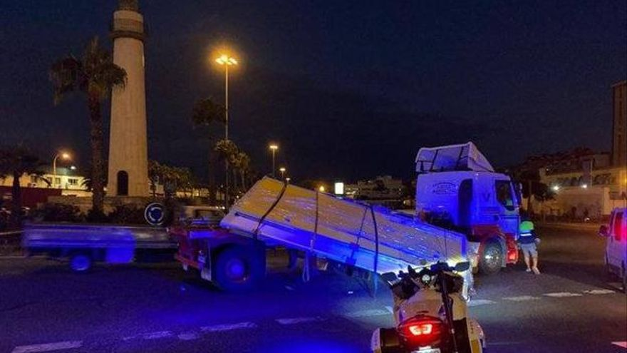 Un camión pierde la carga y atasca la salida del puerto en Belén María