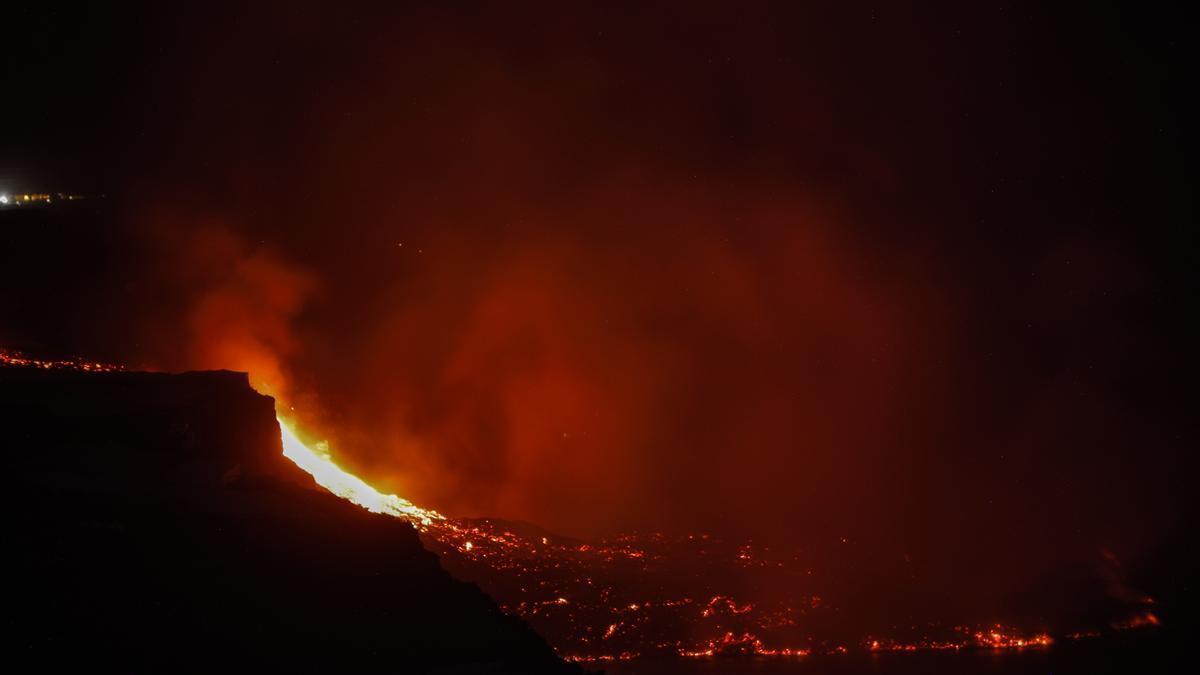 Península en la costa de la isla de La Palma, creada como resultado de la llegada de la colada de lava del volcán de Cumbre Vieja al mar, a 29 de septiembre de 2021, en La Palma, Islas Canarias (España). La lava que ha alcanzado el mar en la isla de La Pa
