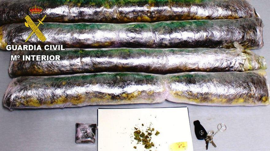 Estrellan su coche en San Cebrián y acaban en la cárcel por llevar marihuana