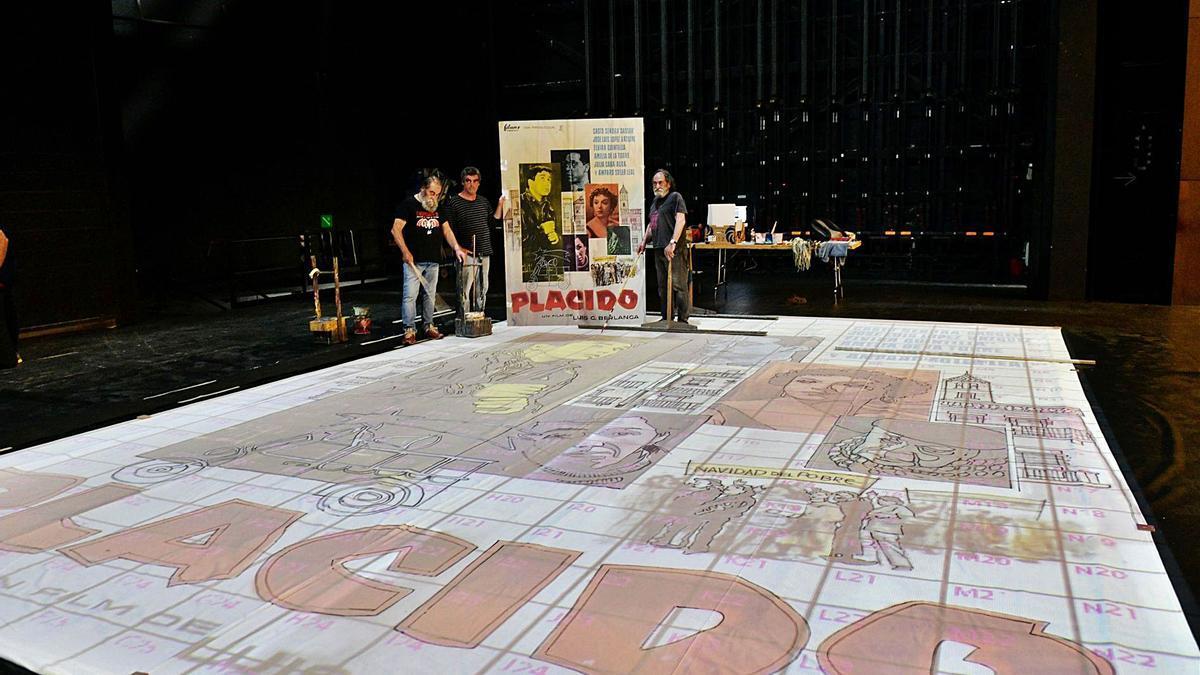L'escenari del teatre Kursaal, ahir, ocupat amb la lona que preparaven els germans Castells i Txema Rico per reproduir el cartell   MARTA PICH