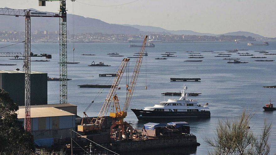 """El yate de Amancio Ortega """"pasa revista"""" en un astillero industrial de Meira"""