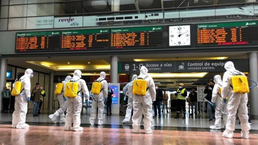Efectivos de la UME en labores de desinfectación de la estación de tren María Zambrano.