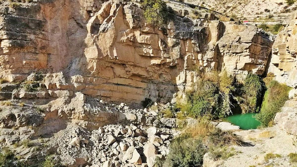 El derrumbe registrado en El Salt en el talud de la izquierda mantiene cerrado este emblemático paraje natural de Xixona.