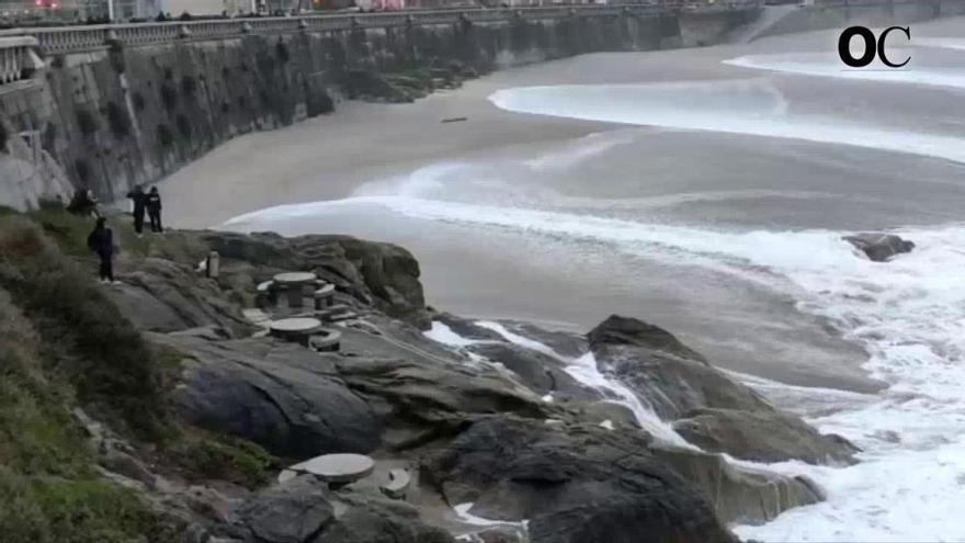 Una imprudencia en pleno temporal de olas en A Coruña