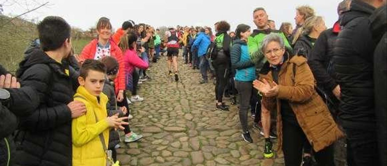"""El público abarrota el puente """"romano"""", durante la prueba."""