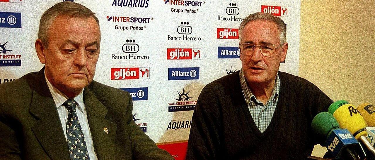 Juan Arango, entonces presidente del Sporting, y Vicente Cantatore, el 16 de enero de 2001, en la rueda de prensa en la que se anunció la dimisión del entrenador.   J. G.