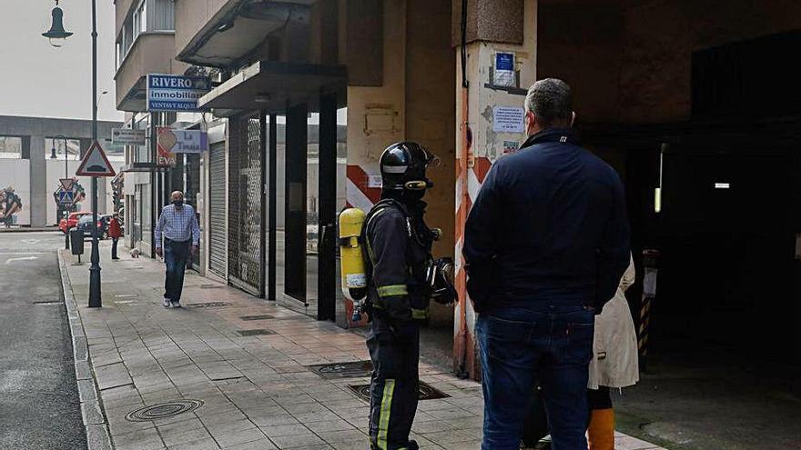Un incendio en un garaje de Sabugo calcina un vehículo y daña otros dos turismos
