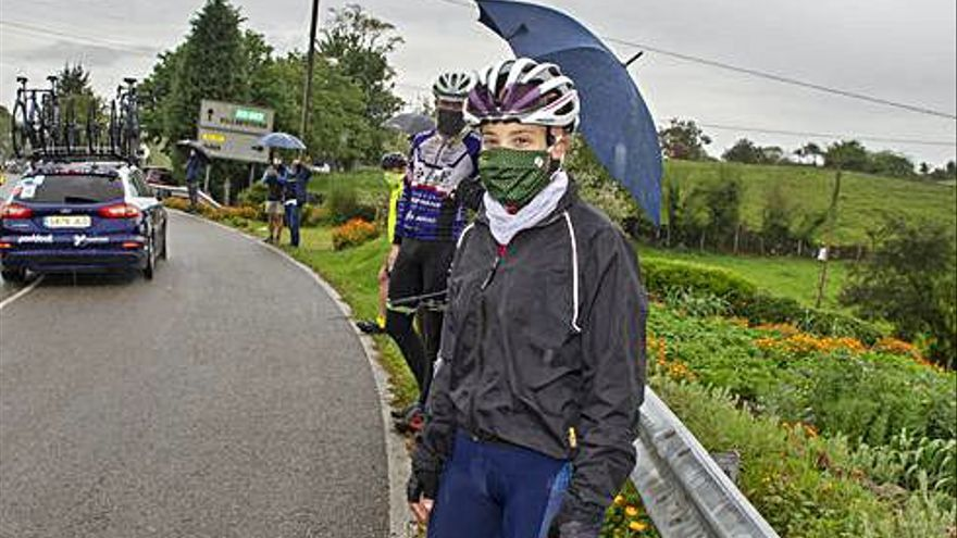 La ciclista asturiana Lucía González presenció la carrera en La Campa