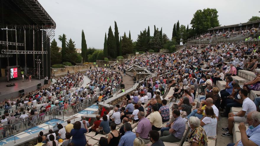 El Teatro de la Axerquía acoge el último 'gran mitin' de Julio Anguita