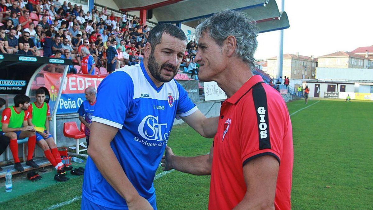 Currás saluda a Rafa Sáez en el encuentro disputado el pasado año en Ourense. |  // IÑAKI OSORIO