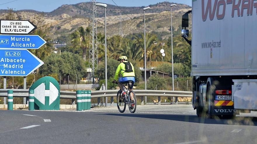 Punto negro para los ciclistas en Elche: Directos al abismo