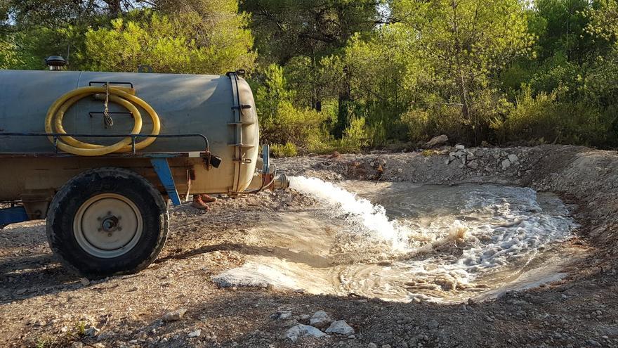 Los cazadores valencianos destinan miles de litros anuales a la fauna salvaje