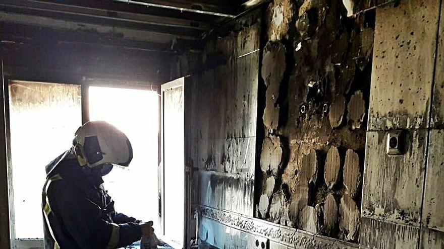 Un incendio calcina una cocina en Riaño y causa quemaduras a una mujer