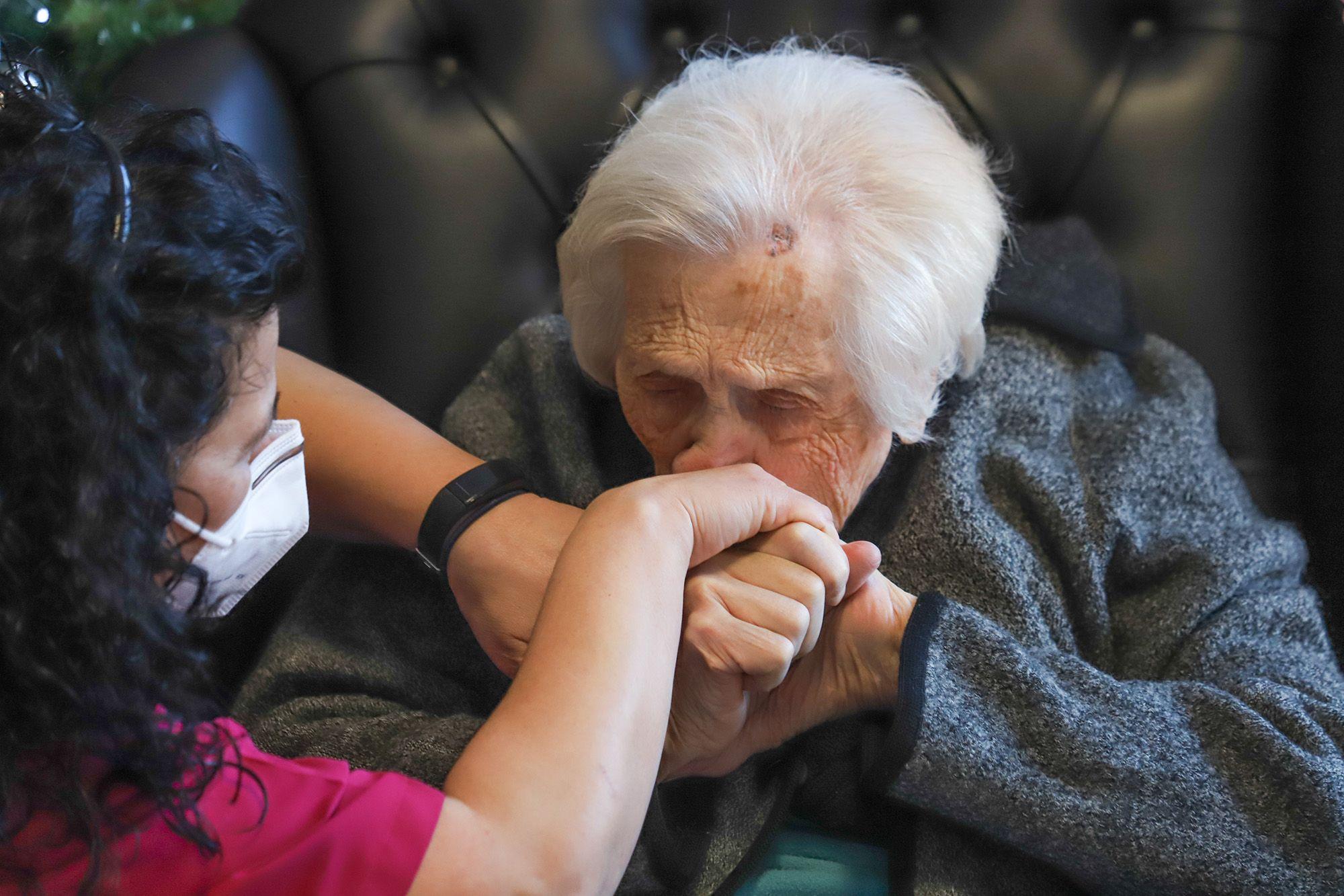 Una anciana de un geriátrico de Redován, vacunada el día de su 102 cumpleaños