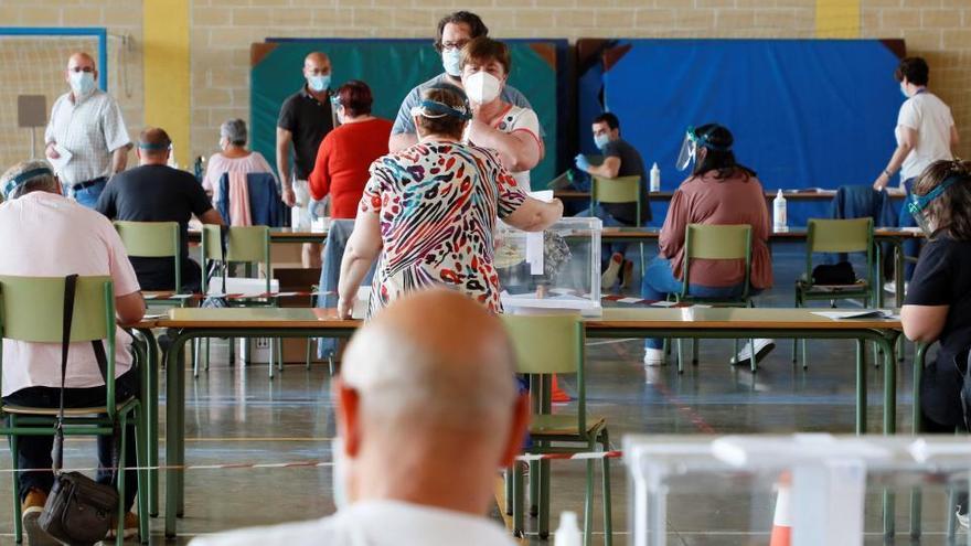 La participación baja en Galicia y se desploma en Euskadi