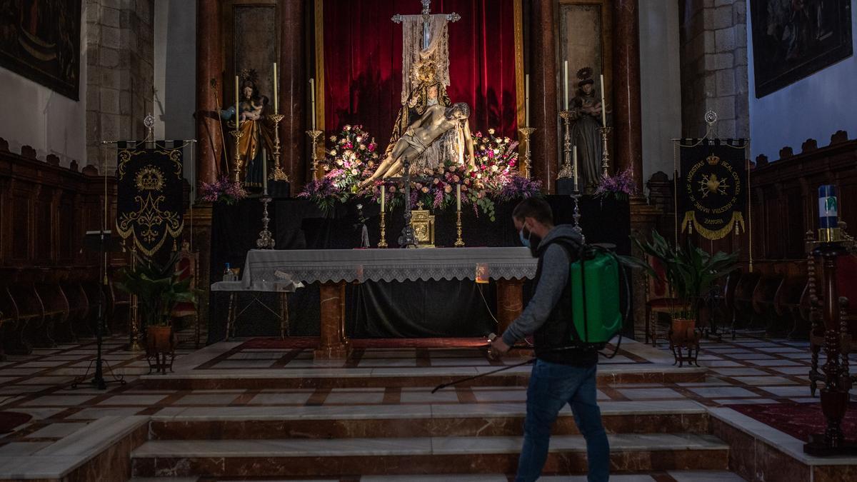 La pandemia obliga, como el año pasado, a suspender las procesiones. Nuestra Madre de las Angustias, en su altar, en Zamora. | FOTO: Emilio Fraile