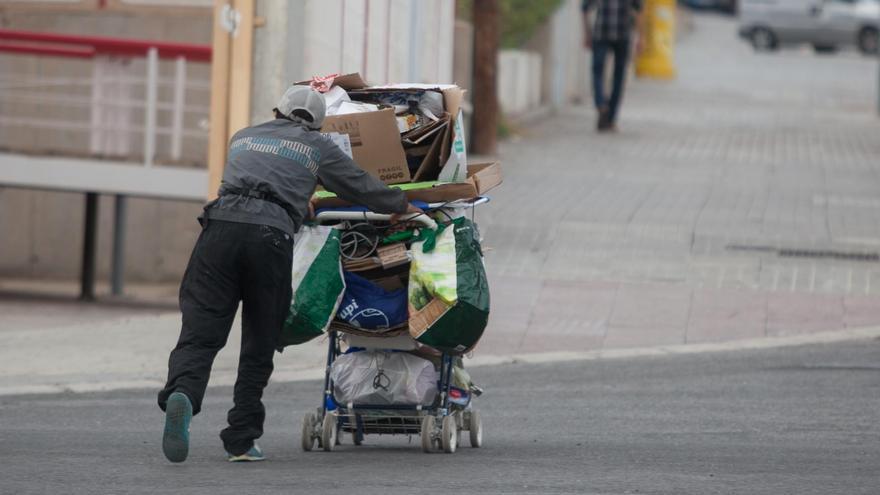 Elche duplica las familias que reciben ayuda social y seis de cada diez son españolas