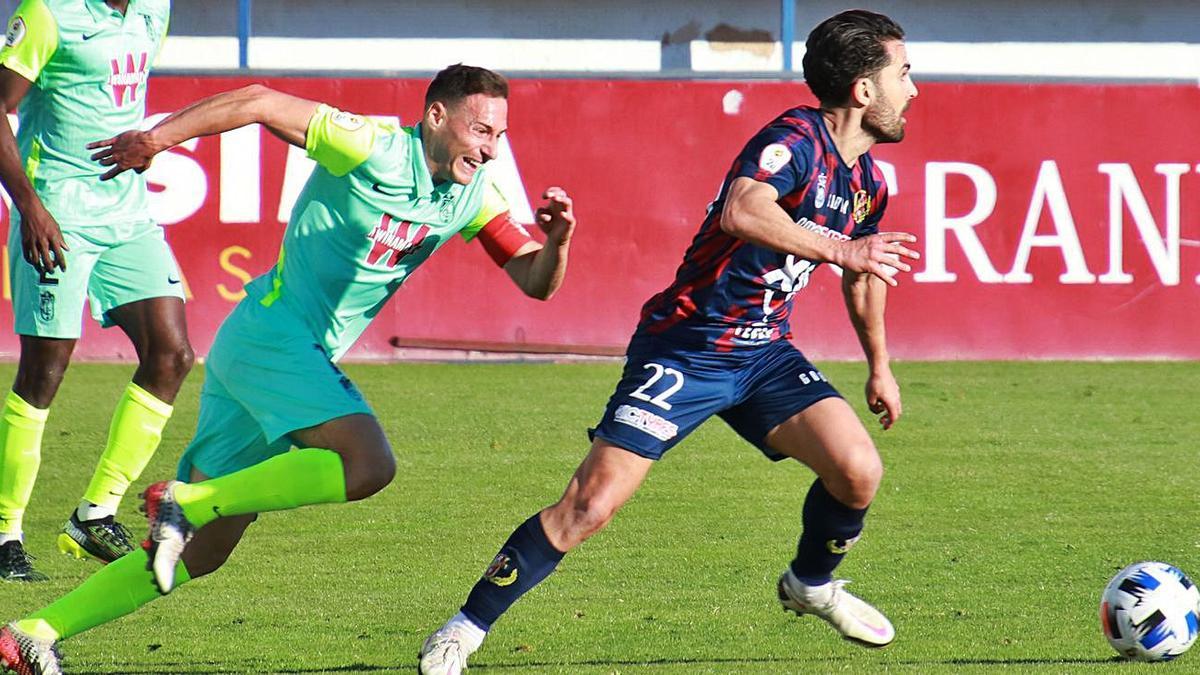 El murciano Javi Saura, del Yeclano Deportivo, ayer durante el choque frente al Granada B.   | PASCUAL AGUILERA