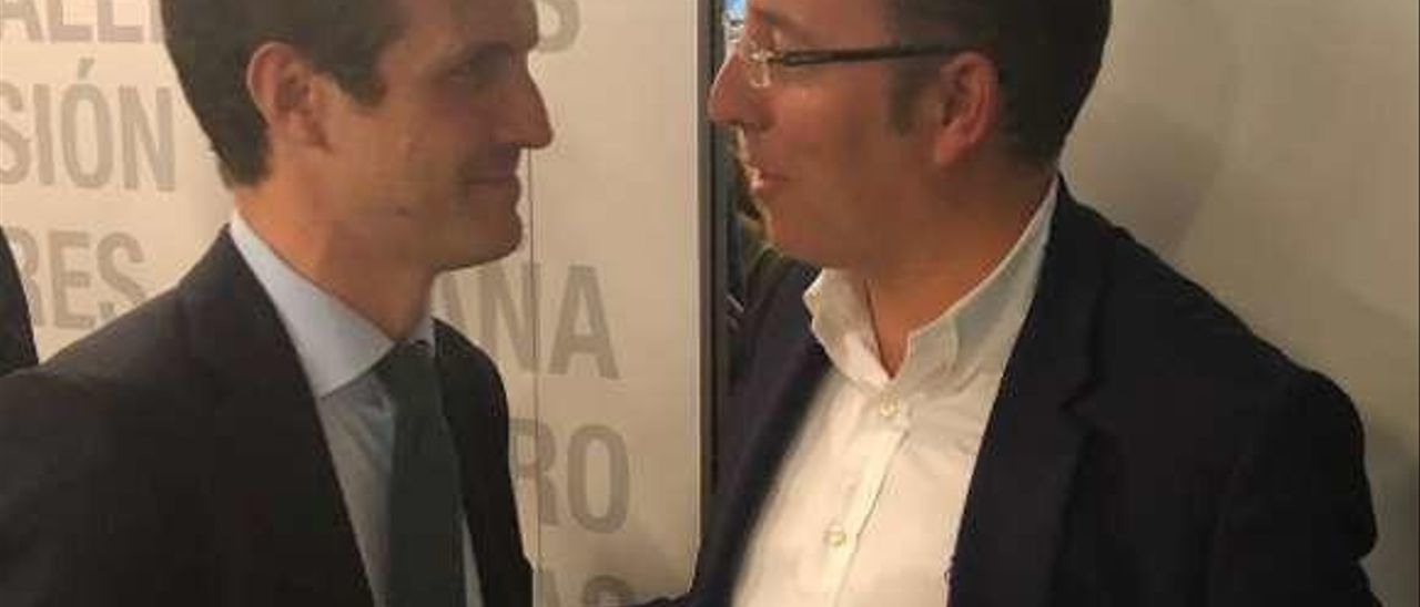Pablo Casado, en conversación, ayer, con Mario Arias.