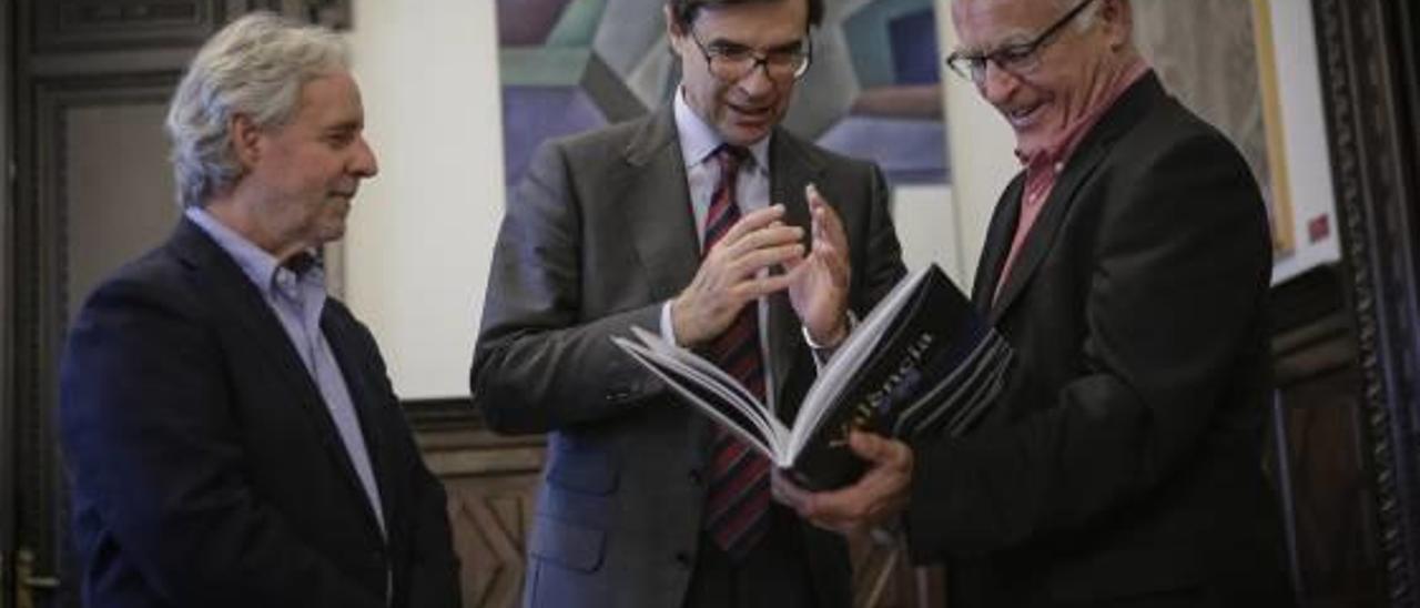 El embajador, entre Emiliano García y el alcalde Joan Ribó.