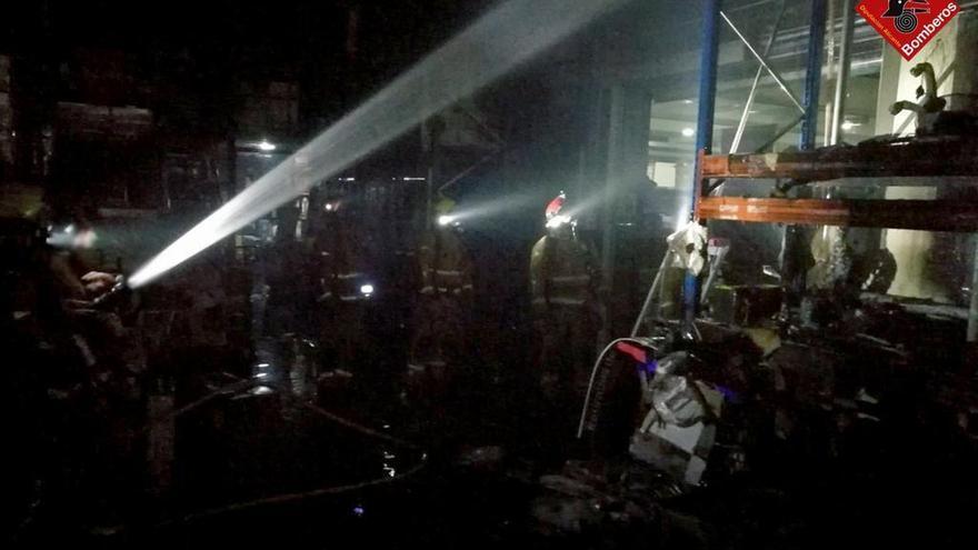 Sofocan un incendio en el almacén del supermercado del centro comercial de Ondara